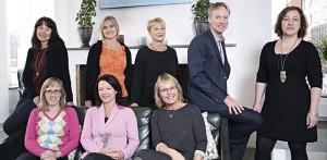 Den inre kretsen – Eva Andersson, Marie Lainio, Annelie Käck, Ingela Ekervall, Åsa Fontana, Inger Granath, Tove Sandgren och Harry Lainio. Foto:  Johan Bokström
